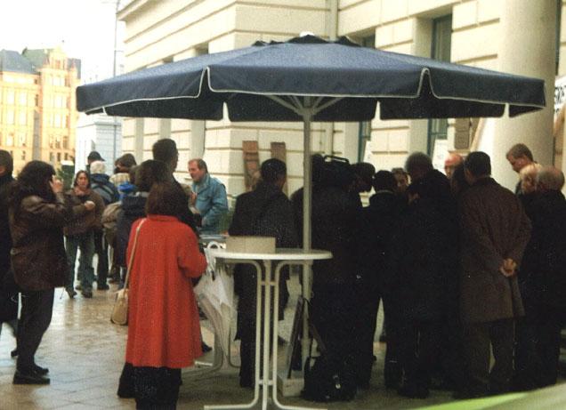 Mitglieder der Bürgerinitiative im Gespräch mit Mitgliedern des Umweltministeriums auf einer Protestveranstaltung vor der Staatskanzelei in Schwerin ( Landeshauptstadt von Mecklenburg-Vorpommern )